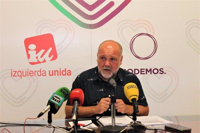 El portavoz de IU-Podemos en el Ayuntamiento de Toledo, José María Fernández, en rueda de prensa