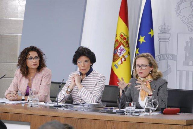 María Jesús Montero, ministra de Hacienda, Isabel Celaá, ministra portavoz del Gobierno, y Nadia Calviño, ministra de Economía (de izquierda a derecha) en la rueda de prensa tras el Consejo de Ministros extraordinario