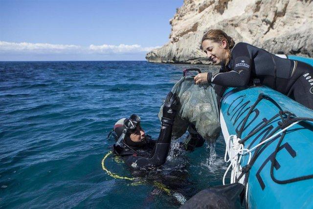El Proyecto '1m2 por las playas y los mares' para recoger y analizar la basuraleza de las costas.