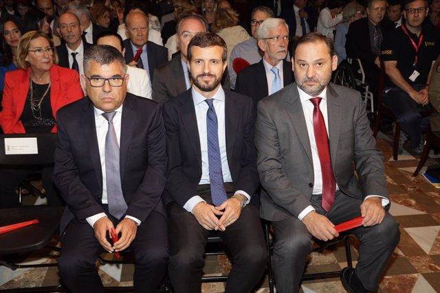 Casado, en el acto institucional del 9 d'Octubre, entre el delegado del Gobierno en la Comunitat, Juan Carlos Fulgencio, y el ministro de Fomento en funciones, José Luis Ábalos