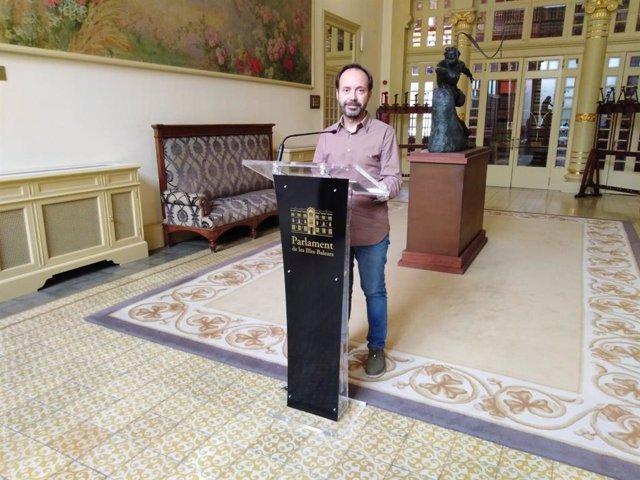 El portavoz de MÉS per Menorca, Josep Castells, atiende a los medios tras la Junta de Protavoces del Parlament.