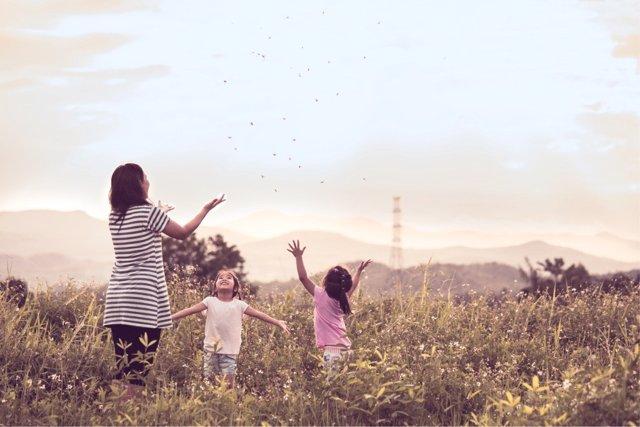 Pasar tiempo al aire libre ayuda a que los niños mantengan lejos la miopía.