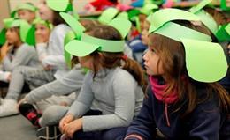 Niños en un colegio en el proyecto de FEDER, 'Federito, el trébol de cuatro hojas'.