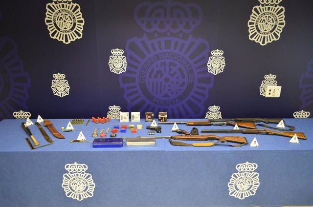 Todas las armas de fuego y munición, armas blancas y demás objetos intervenidos al detenido