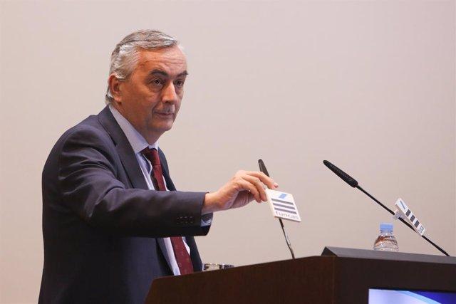 El director general de Funcas, Carlos Ocaña, presenta el libre 'Más allá de los negocios. Miradas y visiones de empresarios sobre la economía, la sociedad y la política'.