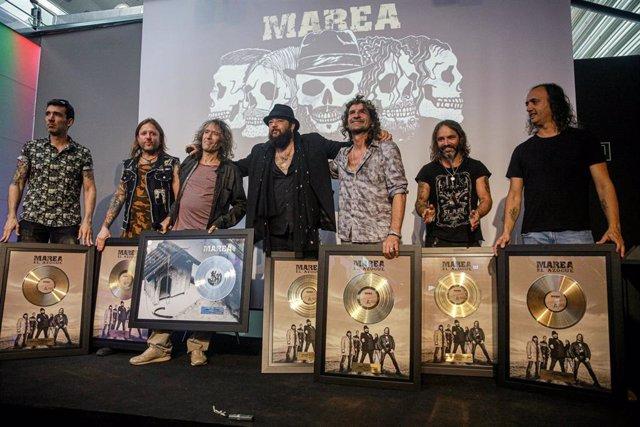 (I-D) El guitarrista de Marea, David Díaz; el batería del grupo de Rock Marea, Alen Ayerdi; el cantante de Extremoduro, Robe Iniesta; el vocalista del grupo de Rock, Kutxi Romero; el guitarrista de Extremoduro, Iñaki Antón; el bajista de Marea, Eduardo Be