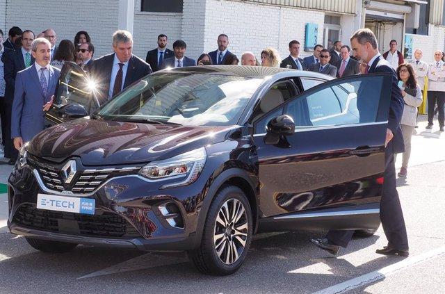 El Rey Felipe VI (d) prueba el modelo de coche Captur de Renaul durante su visita a la fábrica de automóviles de la marca francesa en Valladolid (Castilla y León, España), a 9 de octubre de 2019.