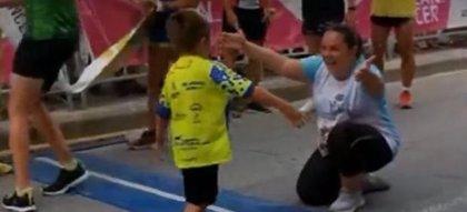 La historia de superación de Carlos Martí, el niño con parálisis cerebral que terminó una carrera a pie