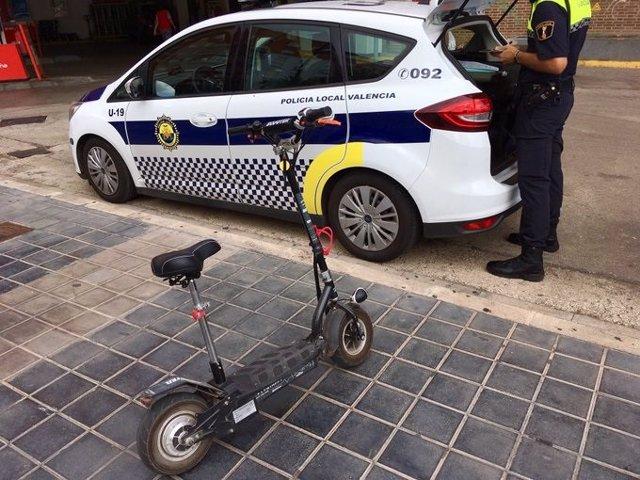 Multa de un Policía Local de València a un patinete eléctrico.