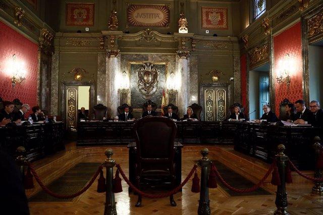 Els magistrats Andrés Martínez Arrieta (c), Andrés Palomo de l'Arc (c, d) i Antonio del Moral García (c, e), presideixen la vista pública celebrada aquest dimecres en el Tribunal Suprem per a revisar la condemna de 2 i 13 anys de presó.