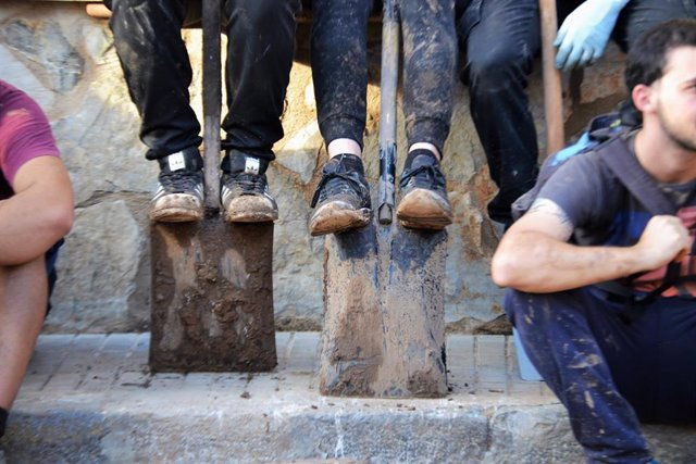 Jóvenes que trabajaron como voluntarios en las tareas de limpieza en las inundaciones en el levante de Mallorca, en Sant Lloren des Cardassar