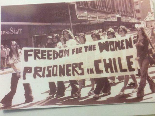 Chile.- Bachelet insta a escuchar a los jóvenes con una foto suya de una protest