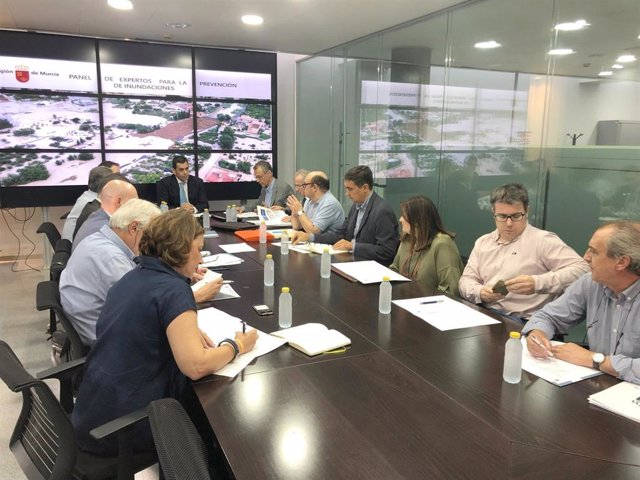 El consejero de Fomento e Infraestructuras, José Ramón Díez de Revenga, durante la segunda reunión del Panel de expertos para la prevención de inundaciones en la Región de Murcia