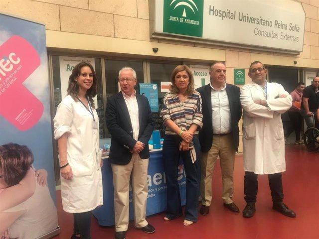 Botella (centro), en su visita al Hospital Reina Sofía por el Día Mundial de la Salud Mental