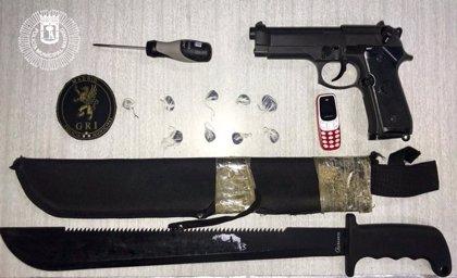 Detenidos dos menores con un arma simulada, un machete y 9 envoltorios de hachís