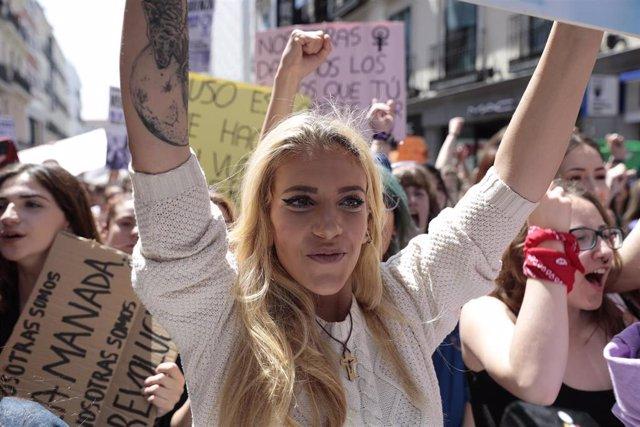 Valeria Quer, hermana de Diana Quer, portando una pancarta durante la manifestación en Madrid contra la sentencia de 'La Manada'