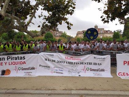 Más de 200 trabajadores de General Cable protestan ante el Parlament por el cierre de plantas