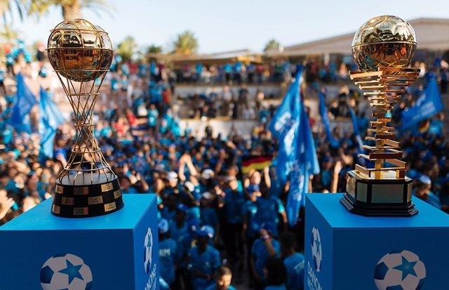 Trofeos para el ganador masculino y femenino de la Danone Nations Cup