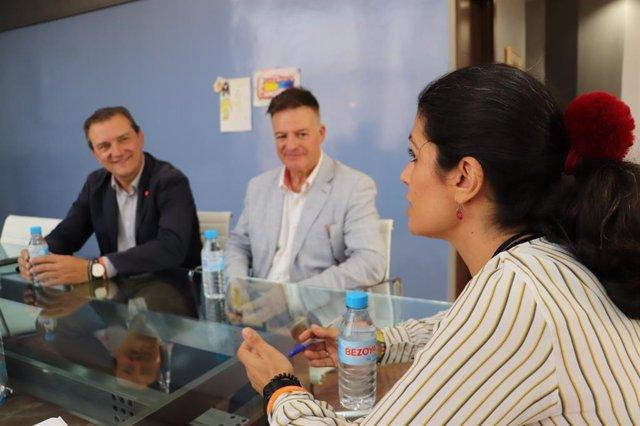 Los candidatos al Congreso Miguel Garaulet y José Luis Martínez, acompañados del número uno al Senado por Ciudadanos, Francisco José Caparrós, han mantenido esta mañana un encuentro de trabajo con la consejera de Transparencia