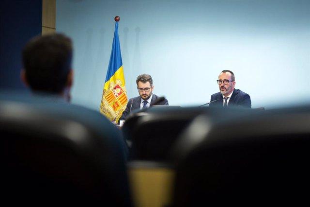 El ministre portaveu, Èric Jover, acompanyat pel ministre d'Assumptes Socials, Habitatge i Joventut, Vïctor Filloy, en la roda de premsa d'aquest miercoles.
