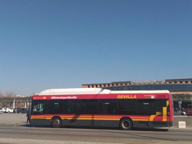 Un autobús de Tussam circula junto a la estación de Santa Justa de Sevilla