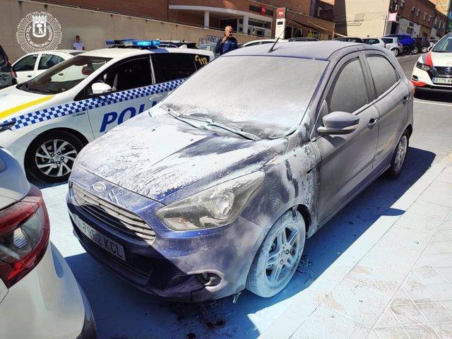 Imagen de un coche quemado por el pirómano detenido por la Policía Municipal de Madrid.