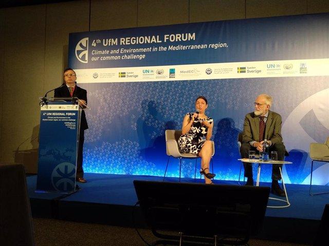 El moderador de una sesión del Foro de la UpM junto a los científicos del MedECC Semia Cherif y Wolfgang Cramer