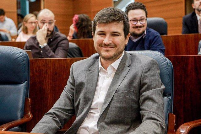 El diputado de Más Madrid en la Asamblea de Madrid, Pablo Gómez Perpinyà, sentado en su escaño durante una sesión plenaria en Madrid (España), a 3 de octubre de 2019.