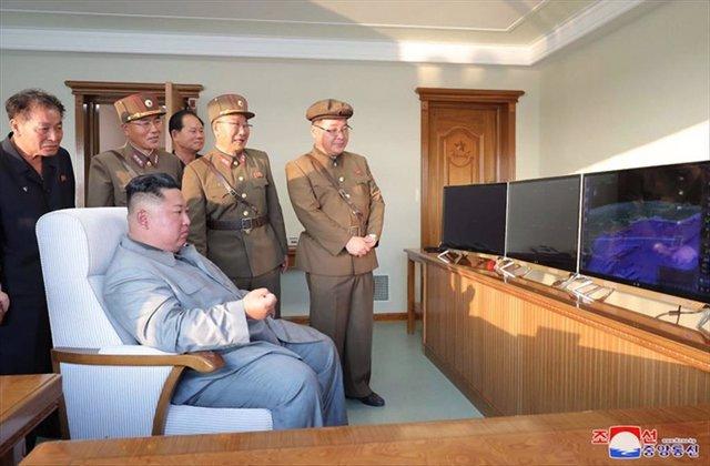 Kim Jong Un supervisando el lanzamiento de un misil norcoreano