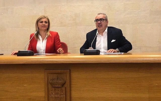 La portavoz del grupo socialista en el Parlamento de Cantabria, Noelia Cobo, y el del PRC, Pedro Hernando
