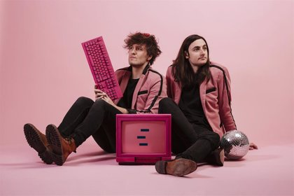 Marsella, hundidos pero vestidos de rosa en su nuevo videoclip: 'Cuando me hundo'