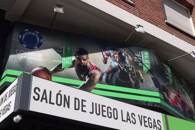 Imagen de recurso de Salónd e juego `Las Vegas con carteles publicitarios de sus apuestas