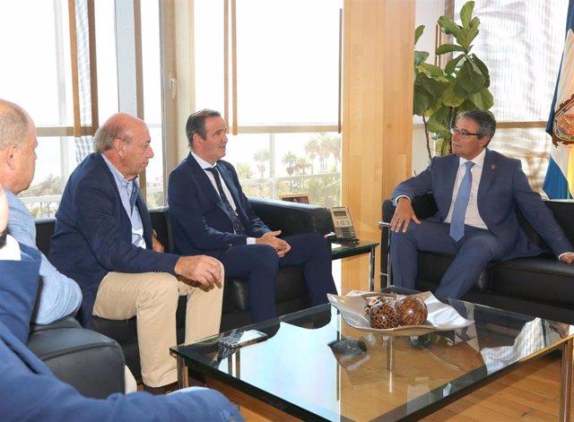 El presidente de la Diputación, Francisco Salado, se reúne con el presidente de la Agrupación de Cofradías de Málaga, Pablo Atencia, con motivo del centenario de esta en 2021.