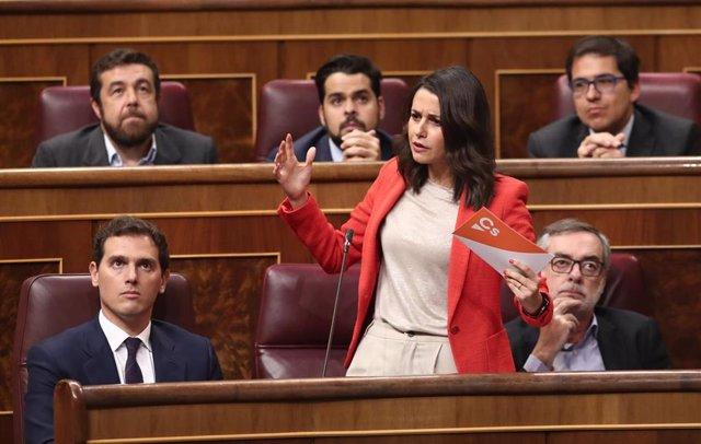 La portavoz parlamentaria de Ciudadanos, Inés Arrimadas, realiza sus preguntas a la ministra de Educación y Formación Profesional en funciones, Isabel Celaá, durante la sesión de control al Gobierno en funciones, en Madrid (España) a 11 de septiembre de 2