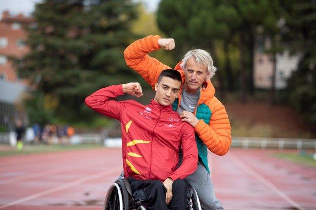 El ciclista paralímpico Juan Permuy y el aventurero Jesús Calleja en la serie 'Pedaleando Contigo'