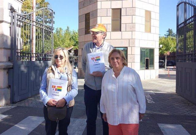 Miembros de 'HazteOir.Org' a la entrada de la Junta de Castilla y León para presentar firmas contra la Ley LGTBI.