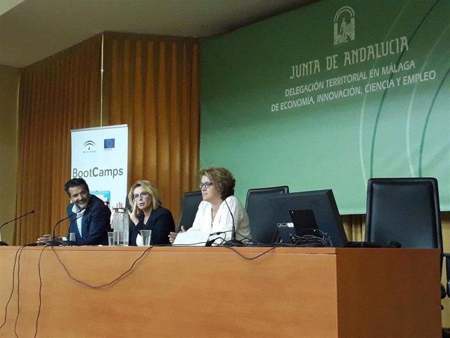 La delegada de Economía, Carmen Sánchez, informa a los ayuntamientos malagueños de Bootcamps.