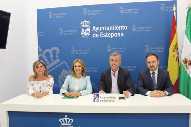 La secretaria general para la Justicia, María José Torres, y el alcalde de Estepona (Málaga), José María García Urbano