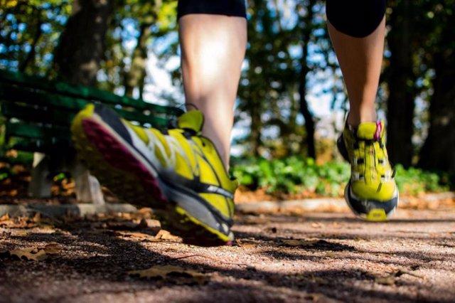 Caminar, andar, correr, senderismo, pies, zapatillas deportivas, andando