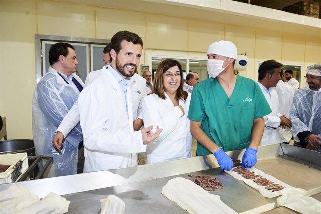 El presidente del Partido Popular, Pablo Casado, acompañado de la presidenta del PP en Cantabria, María José Saénz de Buruaga, visita la fábrica de Conservas Hoya en Santoña (Cantabria), a 10 de octubre de 2019.