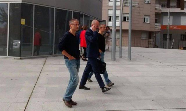 Xemelgos policías entran no edificio xudicial en Ourense.