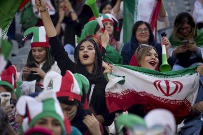 Irán.- Las mujeres asisten por primera vez desde la Revolución a un partido de fútbol en Teherán