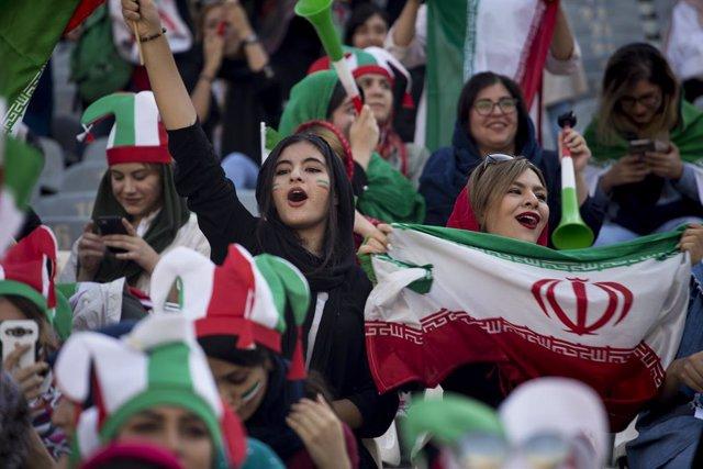 Irán.- Las mujeres asisten por primera vez desde la Revolución a un partido de f