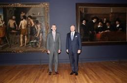 Felipe VI y Guillermo de los Países Bajos inaugurando la exposición 'Rembrandt-Velázquez' en el Rijksmuseum
