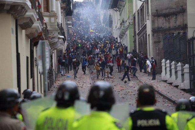 Manifestantes en Quito ante un despliegue policial