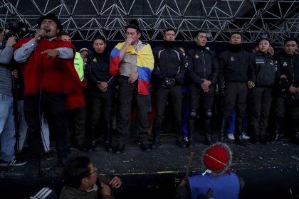 Los indígenas entregan a la ONU a los policías retenidos en Quito