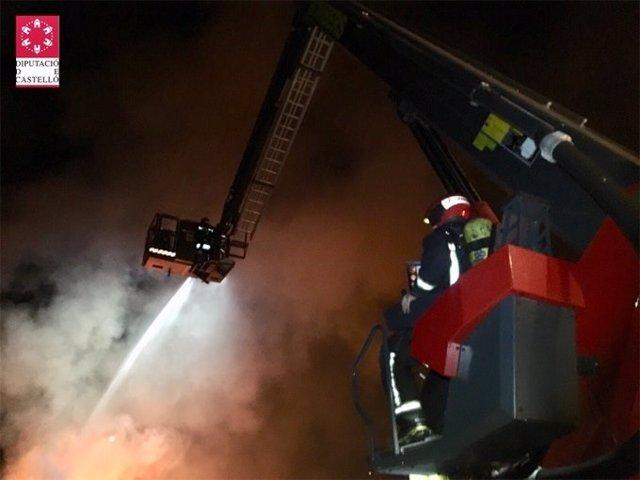 Controlado el incendio de una empresa de palets en Betxí