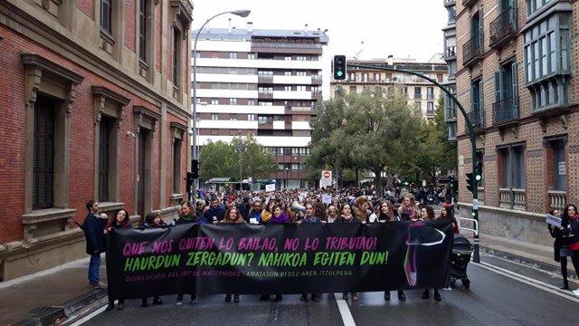 Una manifestación ha reivindicado este sábado en Pamplona la devolución de las retenciones del IRPF por las prestaciones por maternidad