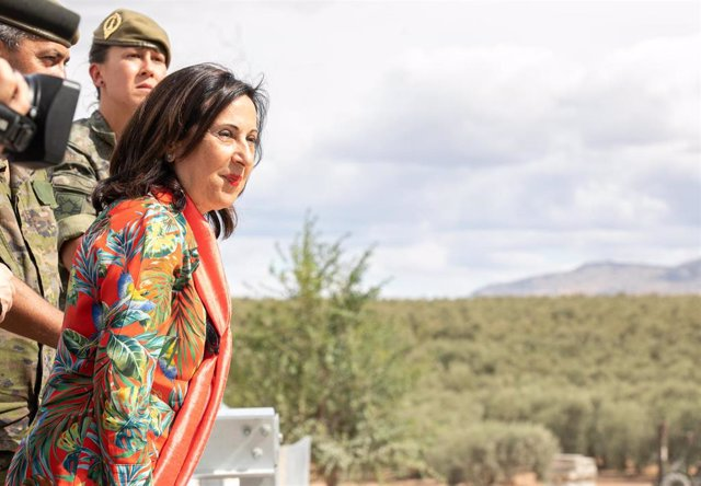 La ministra de Defensa en funciones, Margarita Robles (i), observa durante su visita las labores de desmontaje del puente instalado por el Ejército de Tierra en la localidad de El Rubio.