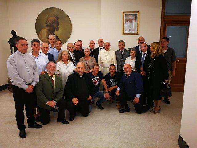 Audiencia privada del Papa Francisco a un grupo de internos de El Dueso de Santoña junto con el obispo de Santander, Manuel Sánchez Monge, entre otros